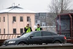 Latvia, Ryski - Grudzień 1 2017: Miejska policja Ryski, Latvia przy miejscem wypadek samochodem Dymić elektronicznych cigartes Fotografia Stock