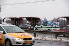 Latvia, Ryski - Grudzień 1 2017: Miejska policja Ryski, Latvia przy miejscem wypadek samochodem Dymić elektronicznych cigartes Zdjęcie Stock