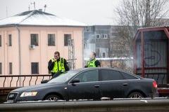 Latvia, Ryski - Grudzień 1 2017: Miejska policja Ryski, Latvia przy miejscem wypadek samochodem Dymić elektronicznych cigartes Zdjęcie Royalty Free