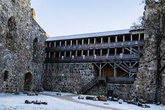 latvia Sigulda Il castello del crociato courtyard La parete della fortezza Il tubo principale Immagine Stock Libera da Diritti