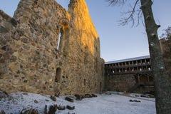 latvia Sigulda Il castello del crociato courtyard La parete della fortezza Il tubo principale Immagini Stock Libere da Diritti