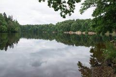latvia Vecchio fiume ed alberi verdi Rovine e riflessione Fotografia Stock