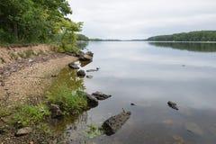 latvia Vieille rivière et arbres verts Ruines et réflexion photo stock