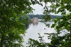 latvia Vieille rivière et arbres verts Ruines et réflexion Photo libre de droits