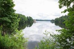 latvia Vieille rivière et arbres verts Ruines et réflexion Images stock