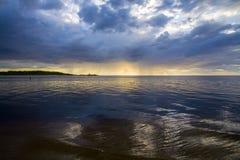 Latvia Zmierzch na rzece Zmiana w pogodzie Żywiołowa popijawa obraz stock