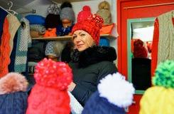 Latvian sprzedawanie dziający kobieta kapelusze przy Ryskimi bożymi narodzeniami wprowadzać na rynek Obraz Royalty Free