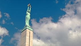 Latvian wolność zabytek, chmury ono ślizga się nad nim i zbiory wideo