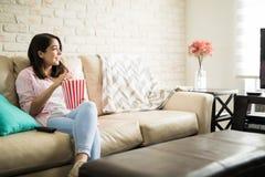 Latynoscy kobiety dopatrywania filmy ona zdjęcia stock