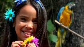 Latynoska dziewczyna Pozuje blisko papugi zbiory