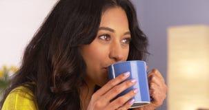 Latynoska kobieta cieszy się jej filiżankę kawy Fotografia Royalty Free