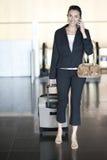 Latynoska kobieta dzwoni przy lotniskiem obrazy royalty free