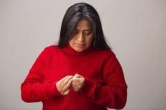 Latynoska kobieta Patrzeje palce I Sprawdza obrazy royalty free
