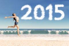 Latynoska kobieta przeskakuje przy plażą Obrazy Stock