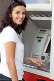 Latynoska kobieta przy ATM fotografia stock