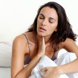 Latynoska kobieta z gardło bólem w łóżku Obrazy Royalty Free
