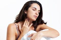 Latynoska kobieta z gardło bólem w łóżku Obrazy Stock