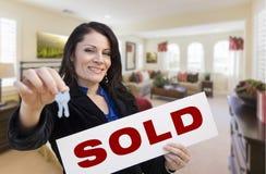 Latynoska kobieta z kluczami i Sprzedająca Podpisuje wewnątrz Żyć pokój Zdjęcia Royalty Free