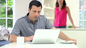 Latynoska para Patrzeje laptop Podczas gdy Jedzący śniadanie zdjęcie wideo
