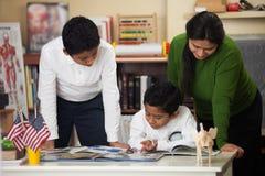 Latynoska rodzina w szkoły położenia studiowania skałach Obrazy Stock