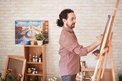 Latynoski artysta Pracuje w sztuki studiu Obrazy Royalty Free