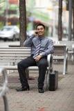 Latynoski Biznesmen - Gawędzenie na telefon komórkowy Zdjęcie Royalty Free