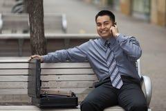 Latynoski biznesmen - Opowiadający na telefonie komórkowym Fotografia Stock