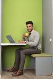Latynoski Biznesowy mężczyzna Używa laptopu biznesmena W Coworking centrum chwyta Cukiernianej filiżance obraz royalty free