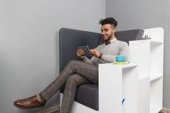 Latynoski Biznesowy mężczyzna Używa pastylka Komputerowego biznesmena W Coworking centrum kawiarni Obrazy Stock