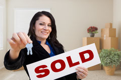Latynoski Żeński agent nieruchomości z Sprzedającym znakiem i klucze w Roo Obraz Royalty Free