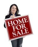 Latynoski kobiety mienia dom Dla sprzedaży Real Estate znaka Fotografia Royalty Free