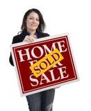 Latynoski kobiety mienie Sprzedający Do domu Dla sprzedaż znaka na bielu Obraz Royalty Free