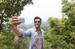 Latynoski mężczyzna Bierze Selfie fotografię Nad góra krajobrazu n komórki Mądrze telefonem, Trekking Młodego faceta turysty Na p Fotografia Royalty Free