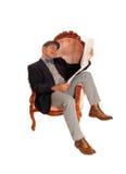 Latynoski mężczyzna czyta gazetę Zdjęcie Stock