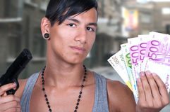 Latynoski mężczyzna z pistoletem i rachunkami zdjęcie royalty free