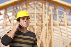 Latynoski Męski kontrahent na telefonie przed Domową otoczką Obraz Stock