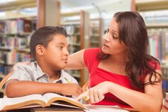 Latynoski Młody chłopiec i kobiety Dorosły studiowanie Przy biblioteką fotografia stock