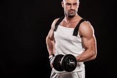 Latynoski młody mięśniowy mężczyzna robi ciężkiemu dumbbell ćwiczeniu dla bi Zdjęcie Royalty Free