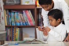 Latynoskie chłopiec w szkoły studiowania skałach Zdjęcia Stock