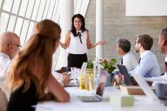 Latynoskiego bizneswomanu Wiodący spotkanie Przy sala posiedzeń stołem zdjęcie stock