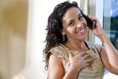 latynoskiego telefon komórkowy ładna target2311_0_ kobieta obrazy royalty free