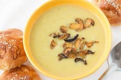 Lauch gestampfte Suppe mit gebratenen geschnittenen Pilzen Lizenzfreies Stockbild