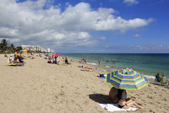 Lauderdale的人们由海运海滩 免版税图库摄影