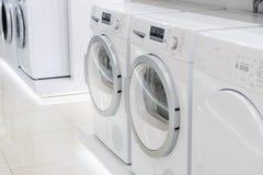 Laudry-Trockner und waschende mashines im Gerät lizenzfreie stockfotos