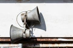 2 laudspeakers соединенного к стене будочки Стоковая Фотография