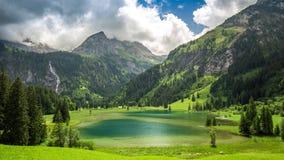 Lauenensee med vattenfall- och schweizarefjällängar i bakgrunden, Schweiz stock video