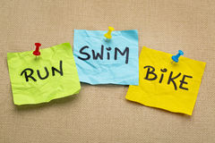 Lauf, Fahrrad, Schwimmen - Triathlonkonzept lizenzfreies stockbild