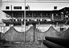 Lauf hinunter Hinterhof Wand mit Schmutz und Flecke, alte Geräte, unreiner Zaun und andere Unordnung als die Kehrseite der Großst lizenzfreies stockfoto