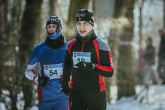 Lauf mit zwei Athleten der jungen Männer Lizenzfreie Stockfotografie