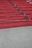 Laufbahn in einem leeren Leichtathletikstadion stockbild